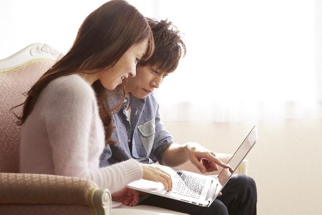 パソコンを選ぶカップル
