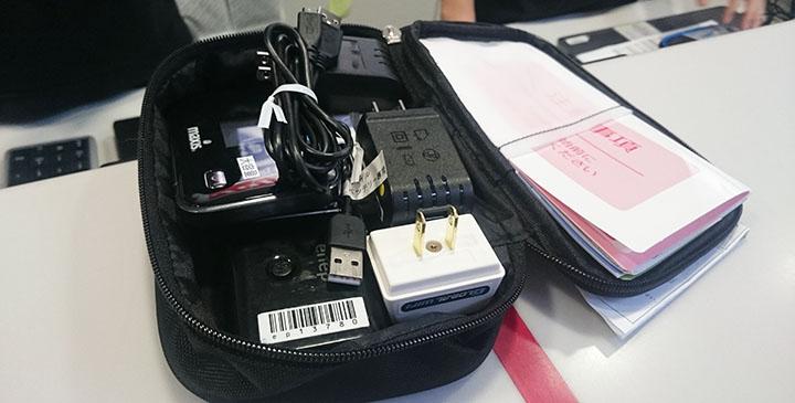 端末や充電器がバッグの中に入っている